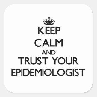 Guarde la calma y confíe en a su epidemiólogo pegatina cuadrada