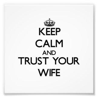 Guarde la calma y confíe en a su esposa cojinete