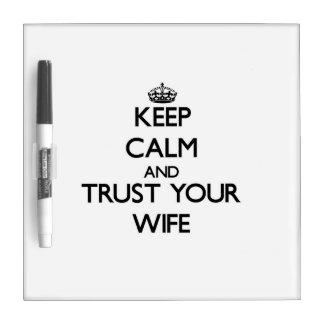 Guarde la calma y confíe en a su esposa pizarra blanca