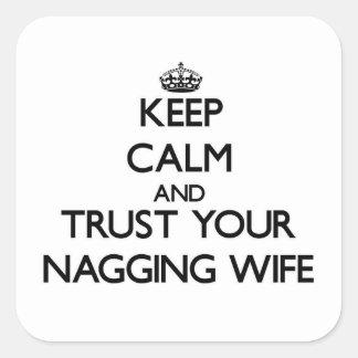 Guarde la calma y confíe en a su esposa que regaña pegatina cuadrada