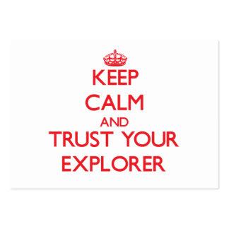 Guarde la calma y confíe en a su explorador plantilla de tarjeta personal