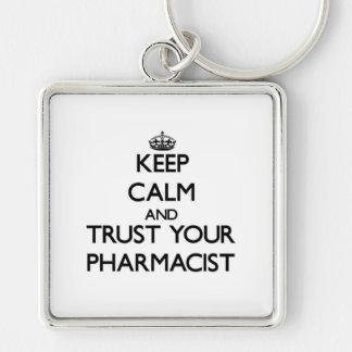 Guarde la calma y confíe en a su farmacéutico llavero cuadrado plateado