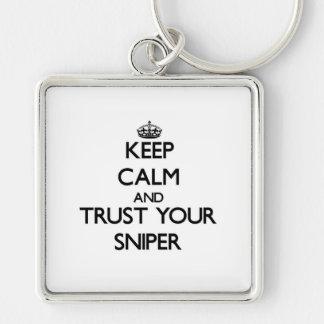 Guarde la calma y confíe en a su francotirador llavero cuadrado plateado