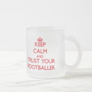 Guarde la calma y confíe en a su futbolista tazas de café