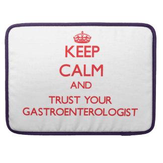 Guarde la calma y confíe en a su gastroenterólogo funda para macbooks