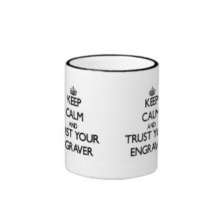 Guarde la calma y confíe en a su grabador taza a dos colores