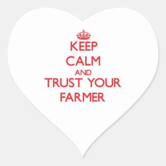 Guarde la calma y confíe en a su granjero pegatina de corazon personalizadas