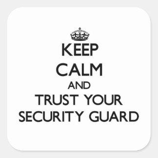 Guarde la calma y confíe en a su guardia de calcomanías cuadradases