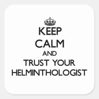 Guarde la calma y confíe en a su helmintologista colcomanias cuadradas personalizadas