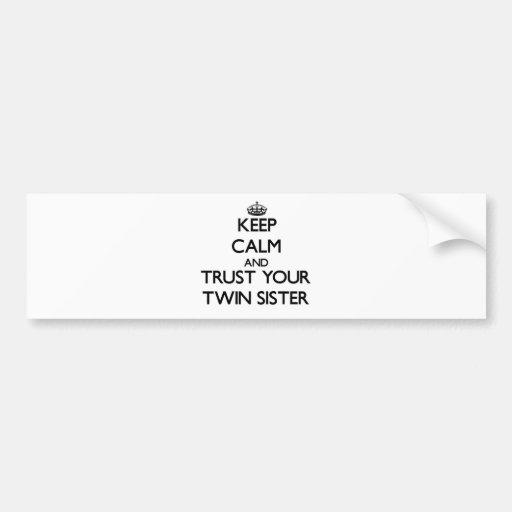 Guarde la calma y confíe en a su hermana gemela pegatina de parachoque