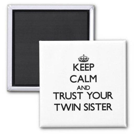 Guarde la calma y confíe en a su hermana gemela imán para frigorífico