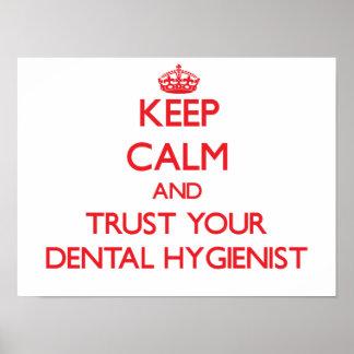 Guarde la calma y confíe en a su higienista dental posters