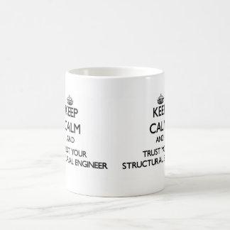 Guarde la calma y confíe en a su ingeniero taza básica blanca
