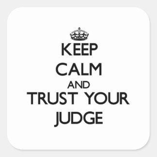 Guarde la calma y confíe en a su juez pegatina cuadrada