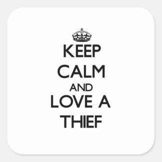 Guarde la calma y confíe en a su ladrón calcomania cuadrada personalizada