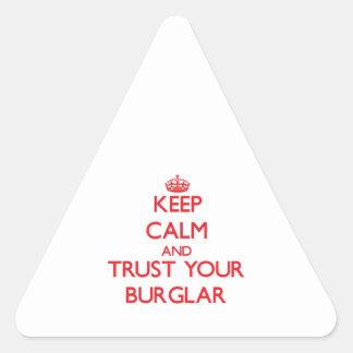 Guarde la calma y confíe en a su ladrón pegatina triangular