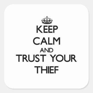 Guarde la calma y confíe en a su ladrón pegatina cuadrada