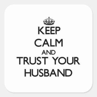 Guarde la calma y confíe en a su marido pegatina cuadrada