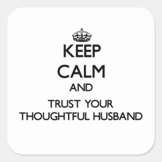 Guarde la calma y confíe en a su marido pensativo pegatina cuadrada