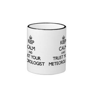 Guarde la calma y confíe en a su meteorólogo taza de dos colores