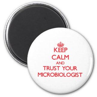Guarde la calma y confíe en a su microbiólogo imán redondo 5 cm