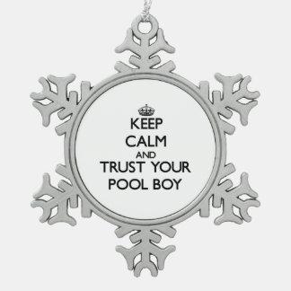 Guarde la calma y confíe en a su muchacho de la adorno de peltre en forma de copo de nieve