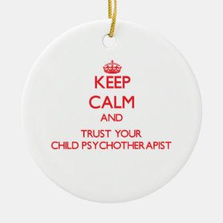 Guarde la calma y confíe en a su niño adorno