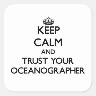 Guarde la calma y confíe en a su oceanógrafo pegatina cuadrada