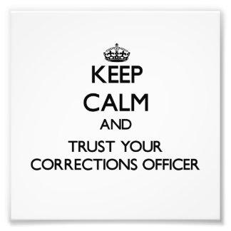 Guarde la calma y confíe en a su oficial de correc foto