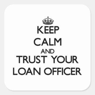Guarde la calma y confíe en a su oficial de présta calcomanías cuadradas