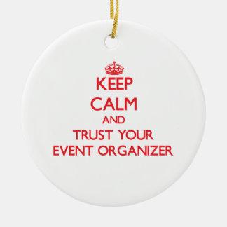 Guarde la calma y confíe en a su organizador del adorno navideño redondo de cerámica