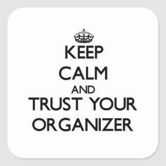 Guarde la calma y confíe en a su organizador calcomanía cuadrada