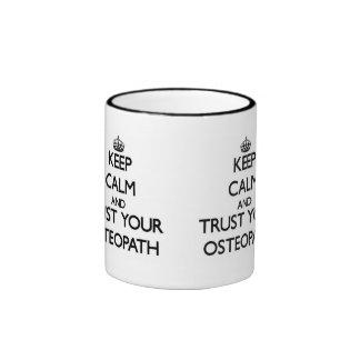 Guarde la calma y confíe en a su osteópata taza de dos colores