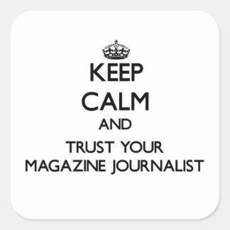 Guarde la calma y confíe en a su periodista de la calcomania cuadrada personalizada