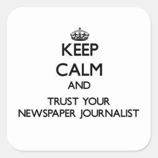 Guarde la calma y confíe en a su periodista del pegatina cuadradas