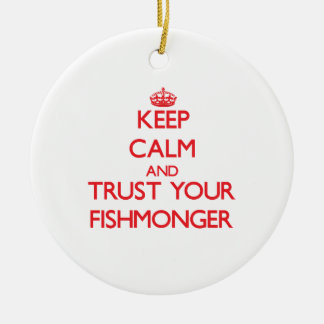 Guarde la calma y confíe en a su pescadero adorno redondo de cerámica