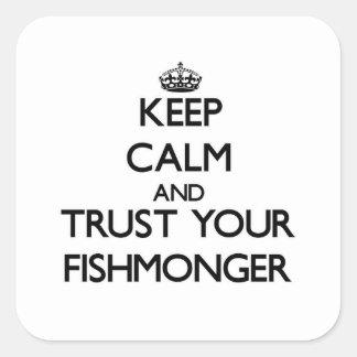 Guarde la calma y confíe en a su pescadero pegatina cuadrada