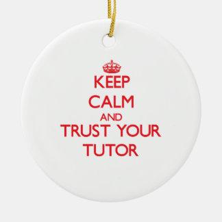 Guarde la calma y confíe en a su profesor adorno redondo de cerámica
