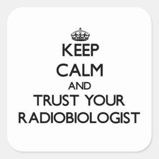 Guarde la calma y confíe en a su radiobiólogo pegatina cuadrada