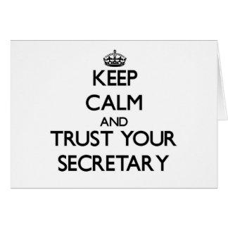 Guarde la calma y confíe en a su secretaria felicitación