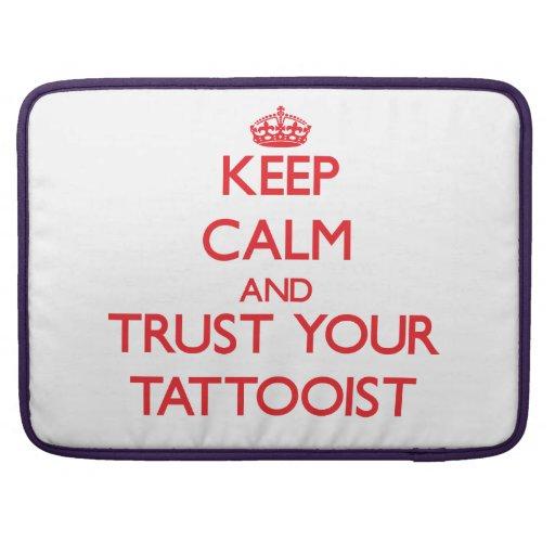 Guarde la calma y confíe en a su Tattooist Fundas Para Macbook Pro