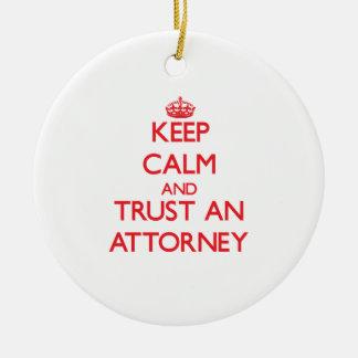Guarde la calma y confíe en a un abogado adorno navideño redondo de cerámica