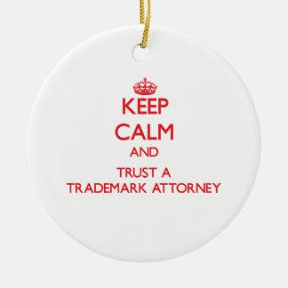 Guarde la calma y confíe en a un abogado de la adorno navideño redondo de cerámica