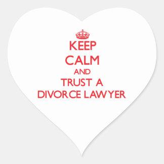 Guarde la calma y confíe en a un abogado de calcomania de corazon