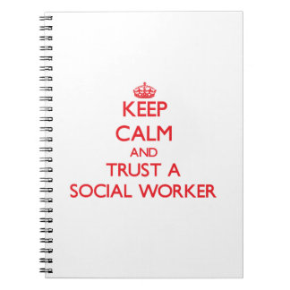 Guarde la calma y confíe en a un asistente social libreta