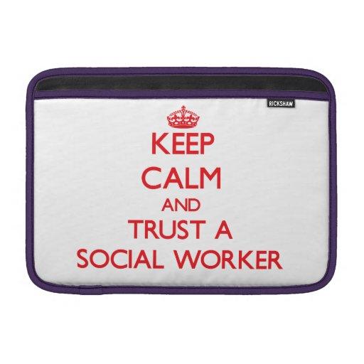 Guarde la calma y confíe en a un asistente social funda para macbook air