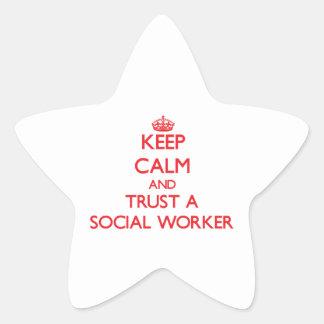 Guarde la calma y confíe en a un asistente social pegatina en forma de estrella