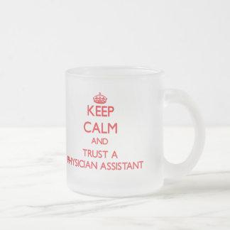 Guarde la calma y confíe en a un ayudante del taza de cristal