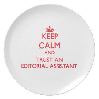 Guarde la calma y confíe en a un ayudante editoria plato para fiesta