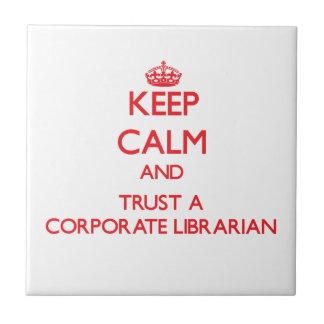 Guarde la calma y confíe en a un bibliotecario cor tejas